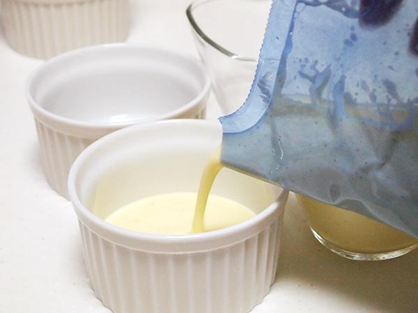 温まったクリームブリュレを器に流す