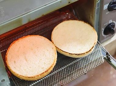 バンスのカット面をフライパンまたはトースターで軽く焼く