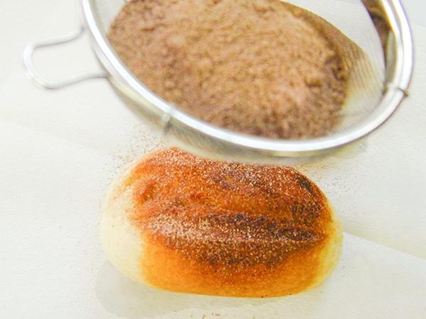 きつね色に揚がったパンに、ココア、きな粉をふるってまぶす。